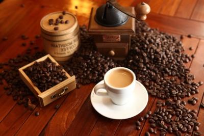 Kaffeebohnen mit Kaffeemuehle